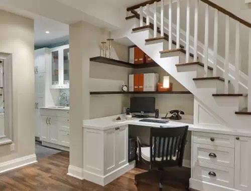 展示柜可依楼梯的走势而设计,做成大小不一的柜子,这种柜子订做最合适